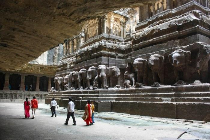Основная башня храма стоит на монументальных каменных скульптурах слонов и львов, которые были вырезаны в последнюю очередь (Kailasanatha, Индия). | Фото: skurlatov.livejournal.com.
