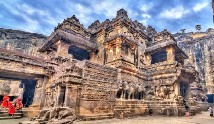 Храм Кайласанатха входит в комплекс «Пещер Эллора» и является объектом Всемирного наследия ЮНЕСКО (Kailasanatha, Индия). | Фото: mymodernmet.com.