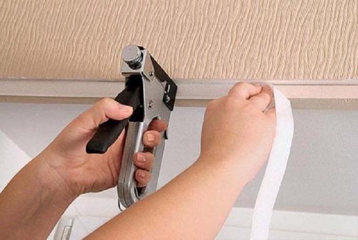 Закрепите одну часть ленты непосредственно на стене.