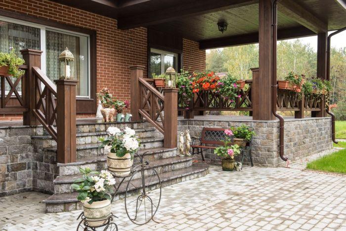 Крыльцо должно гармонично сочетаться с общей стилистикой дома, двора и главных ворот. | Фото: olestnicah.ru.