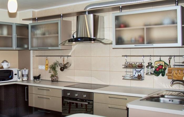 Рейлинг на кухне увеличивает функциональность рабочего пространства. | Фото: dekoriko.ru.