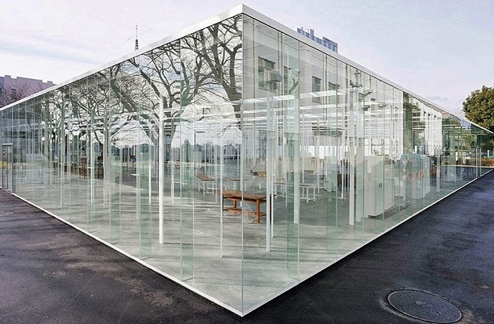 Необычная школа создана из специального стекла и стали (Канагава, Япония).