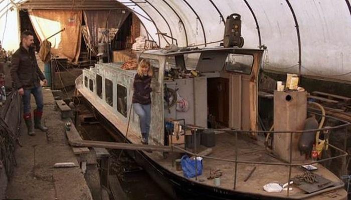 Старое судно, которое приобрела модель для реконструкции.