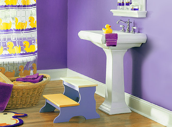 Специальные детские скамейки для ванной комнаты.
