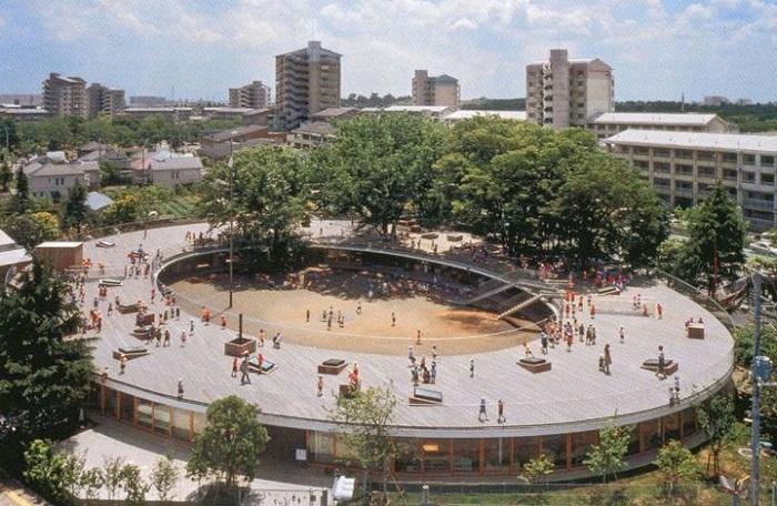 На крыше детского сада растут деревья, под которыми дети гуляют и занимаются (Токио, Япония).