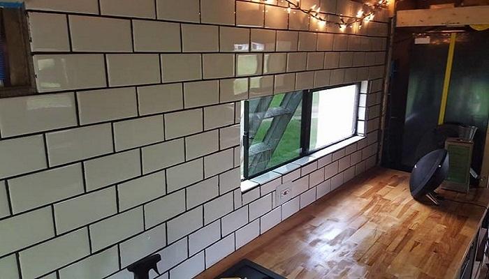 Отделкой кафелем рабочей стены на кухне занимался профессиональный строитель.
