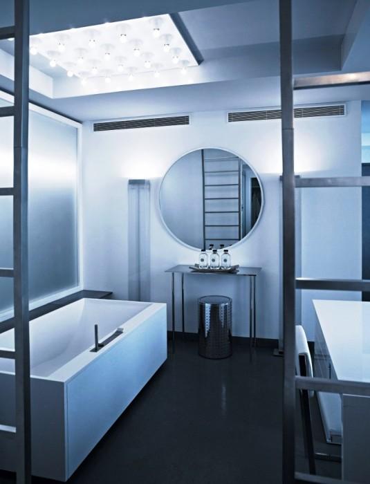 Интерьер ванной комнаты выполнен в бело-серых тонах и минималистском стиле (квартира Карла Лагерфельда, Париж). | Фото: Karl Lagerfeld.