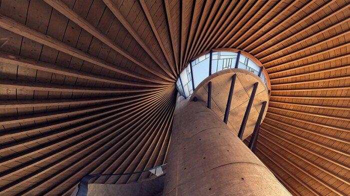 Гигантский дымоход является основной точкой опоры всей конструкции отельного номера (концепт YEZO retreat). | Фото: mymodernmet.com.