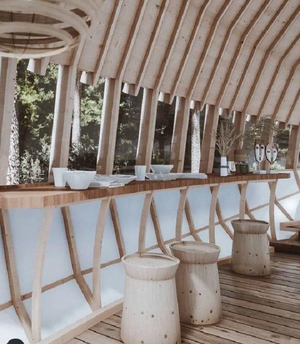Столовая зона у открытого окна позволит наслаждаться и пищей, и живописными видами (концепт Cabins On The Mountain). © veliz_arquitecto.