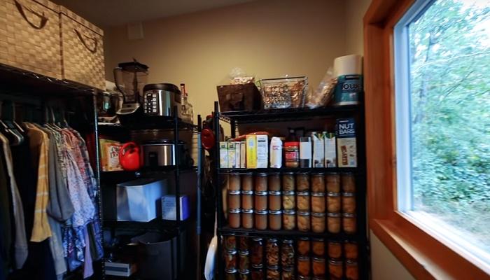 В бытовом помещении расположены кладовая, гардеробная, хранилище для кухонной утвари и техники. © Living Big In A Tiny House.