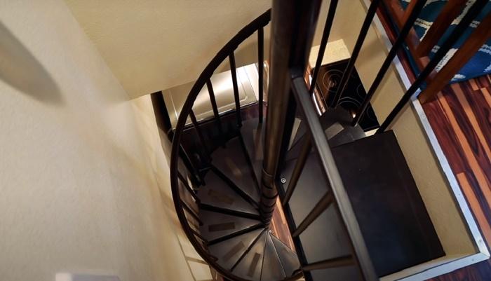 Оригинальная винтовая лестница ведет в спальню супругов. © Living Big In A Tiny House.