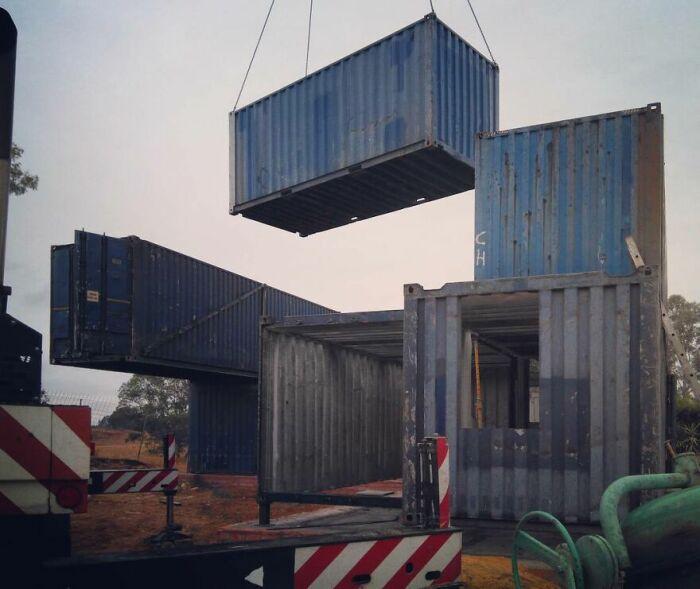 Контейнеры для перевозки грузов стали идеальной основой для создания комфортабельного жилья в неоклассическом стиле. | Фото: boredpanda.com.