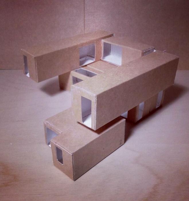 Прежде, чем устанавливать контейнеры на участке, архитектор экспериментировал с элементами макета. | Фото: livinginacontainer.com.