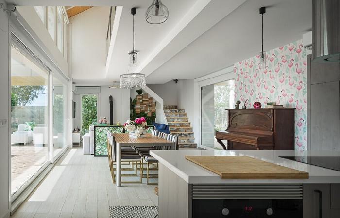 Зона кухни-столовой расположена на первом этаже возле панорамного окна. | Фото: livinginacontainer.com.
