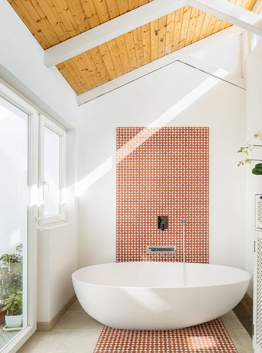 Интерьер ванной комнаты настраивает на расслабление и позитив. | Фото: livinginacontainer.com.
