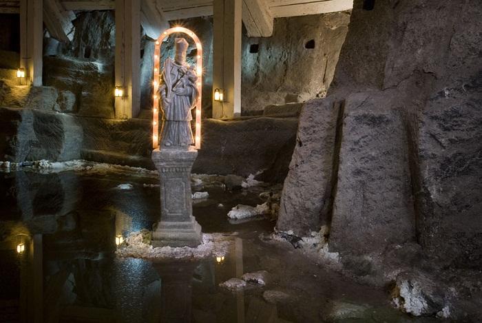 Статуя Святого Антония в старейшей часовне Велички.