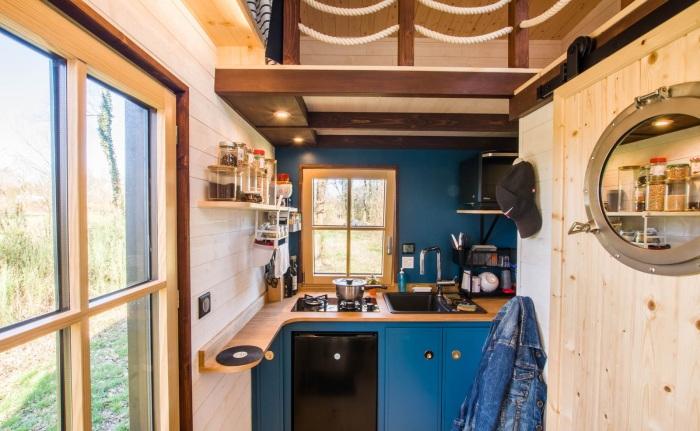 Кухонная зона дома-студии (Tiny House Rhapsodie). | Фото: newatlas.com.