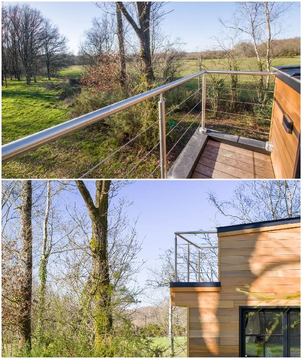 Со спальни второго уровня есть выход на небольшой балкон (Tiny House Rhapsodie).