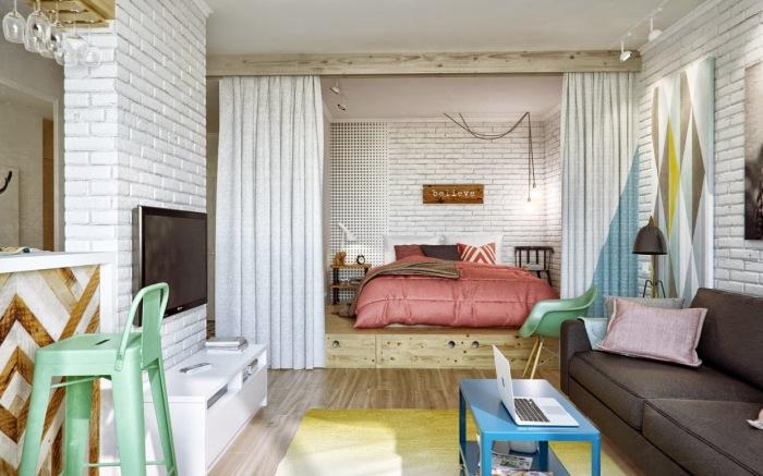 Спальное место на подиуме в квартире-студии. | Фото: berkem.ru.
