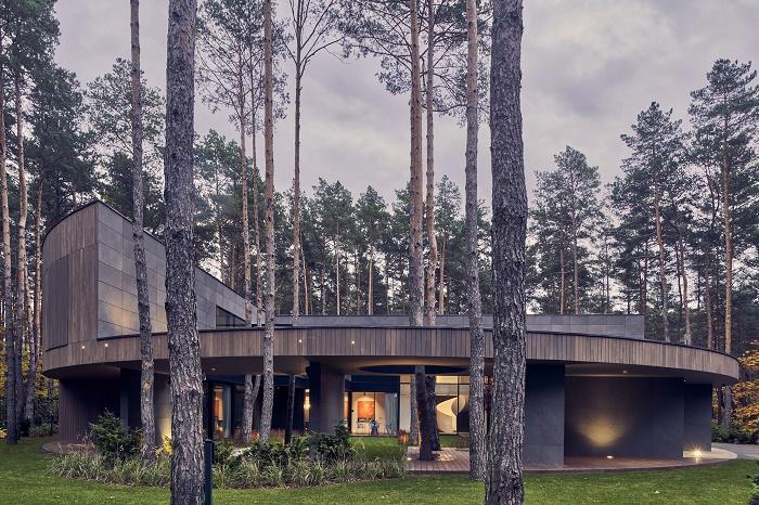 Живя в доме, хозяину всегда будет казаться, что он прогуливается по зеленой лесной лужайке (Circle Wood, Польша). | Фото: newatlas.com.
