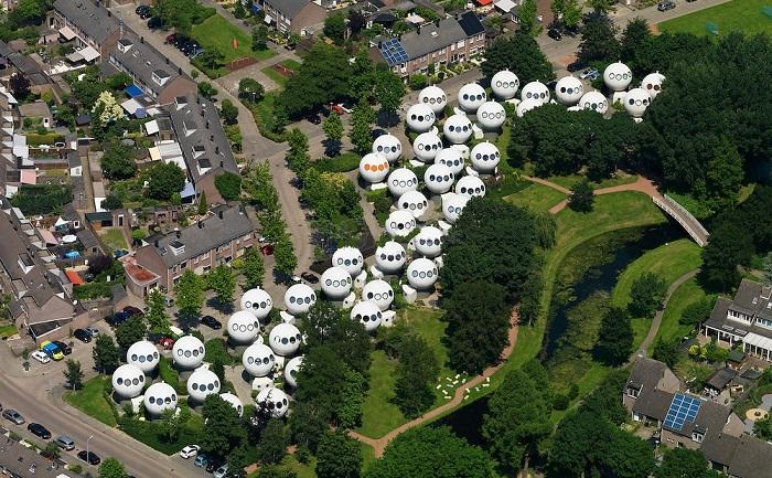 Неожиданное соседство с такого рода инопланетными постройками вызвало бурю негодования у местных жителей (Bolwoningen, Хертогенбос).   Фото: kucnisavjeti.com.