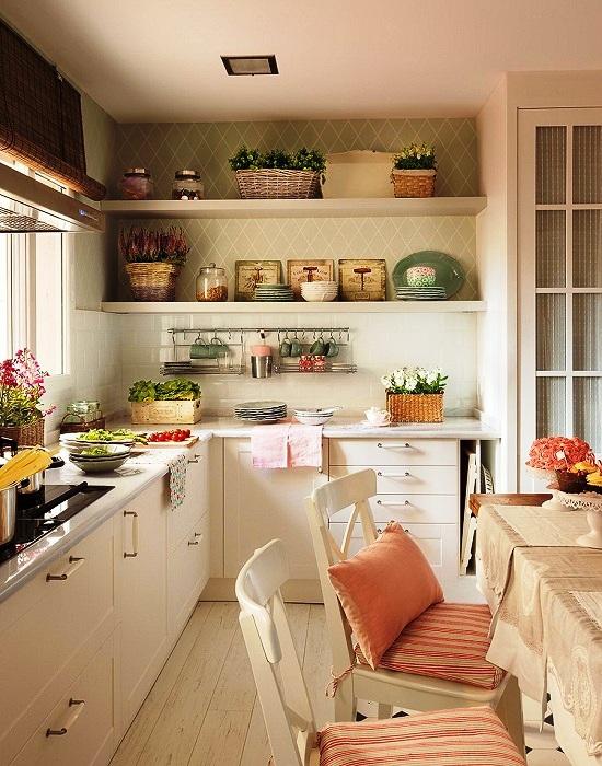Многие любят создавать композиции из предметов посуды.