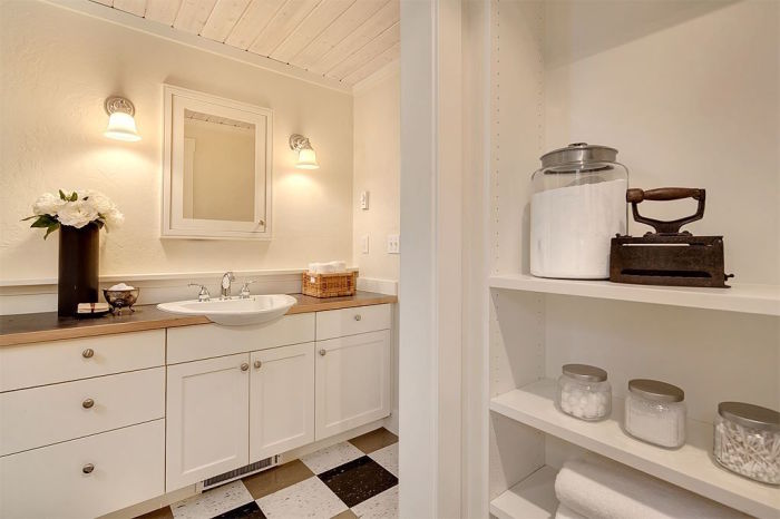 Ванная комната, расположенная на нижнем ярусе мини-коттеджа (Kvale Hytte, США). | Фото: smallhouseswoon.com.