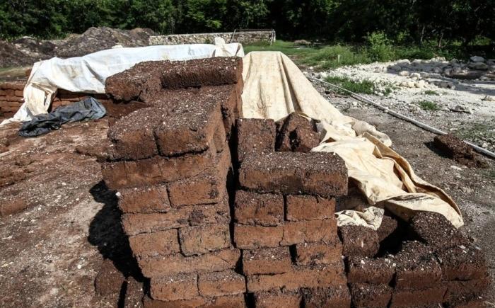 Из водорослей, воды и глины Омар Васкес Санчес сделал блоки для строительства бюджетного жилья (Кинтана-Роо, Мексика). | Фото: gobiznext.com.