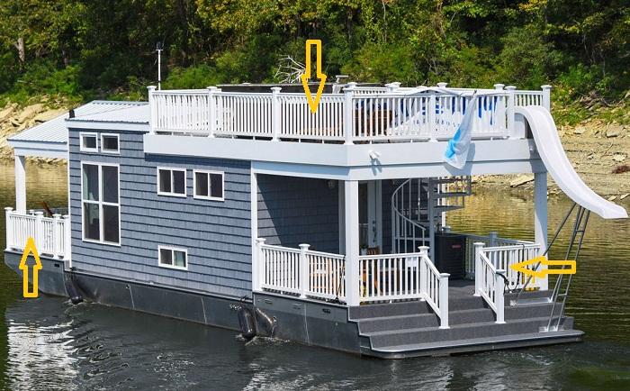 Дом имеет две палубы и открытую террасу на крыше.