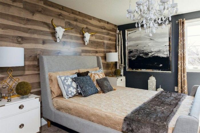 Деревянная акцентная стена в спальне поможет создать особенно теплую и душевную обстановку. | Фото: design-homes.ru.