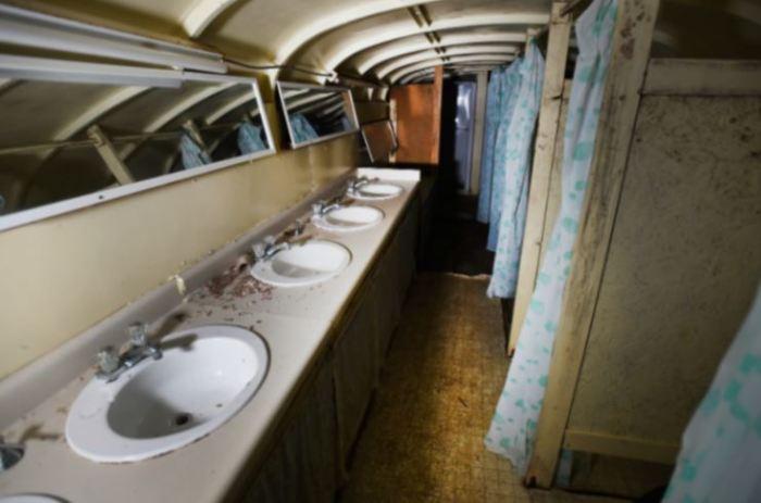 В бункере есть туалеты и душевые кабинки (Ark Two, Канада). | Фото: directexpose.com.