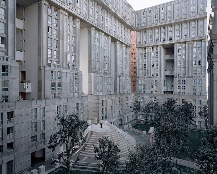 Вполне комфортные жилые дома оказались брошенными из-за наступающей урбанизации. | Фото: Laurent Kronental/ zagge.ru.