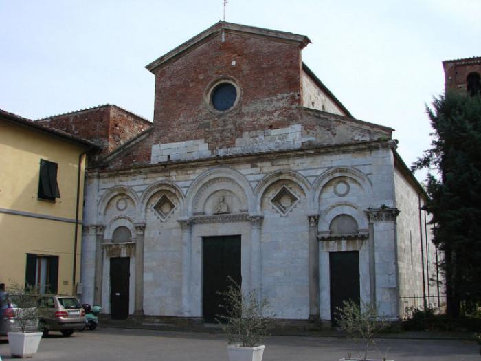 Фасад церкви San Michele Degli Scalzi в Пизе, которая имеет ту же проблему, что и колокольня. (Италия) | Фото: interestingengineering.com.