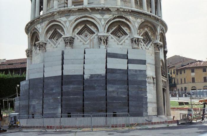 С помощью установки наружных противовесов пытались «выровнять» Пизанскую башню (Италия). | Фото: interestingengineering.com.