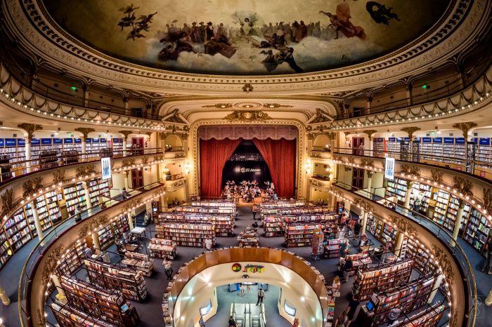 Роскошное здание театра превратили в огромный книжный магазин «El Ateneo Grand Splendid» (Буэнос-Айрес, Аргентина).   Фото: tripadvisor.ru.