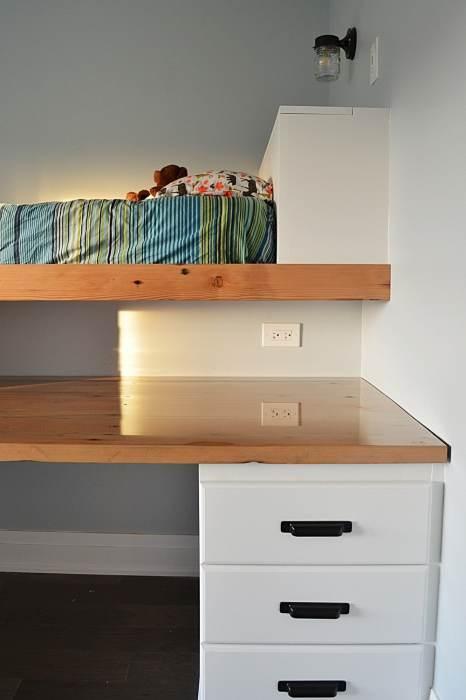 У изголовья кровати и с одной стороны стола установили дополнительные системы хранения. | Фото: cpykami.ru.