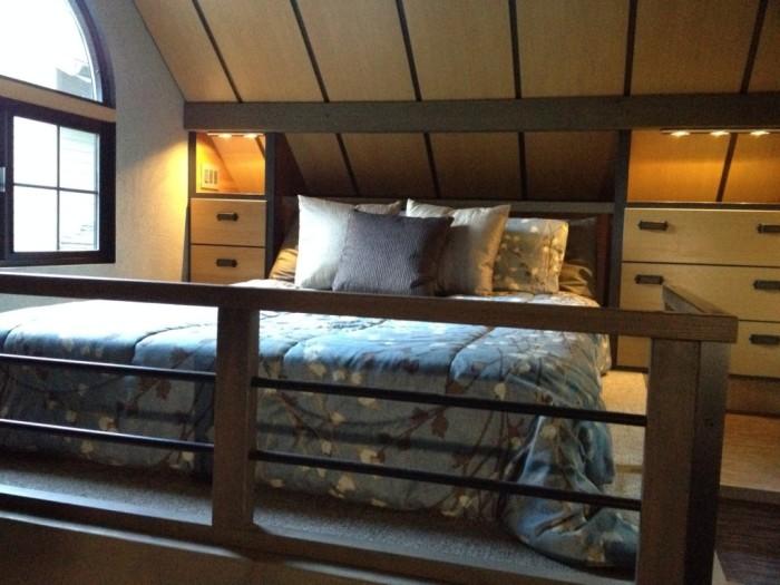 На втором ярусе получилась полноценная спальная комната со встроенными системами хранения. rumpibanget. | Фото: blogspot.com/ © Chris Heininge.