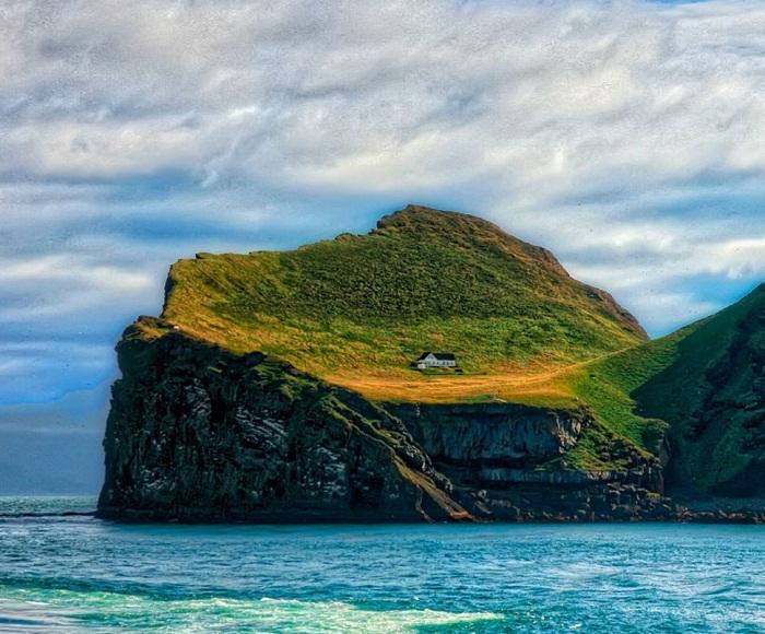 Охотничий дом на необитаемом острове Бьярнарей (Исландия).
