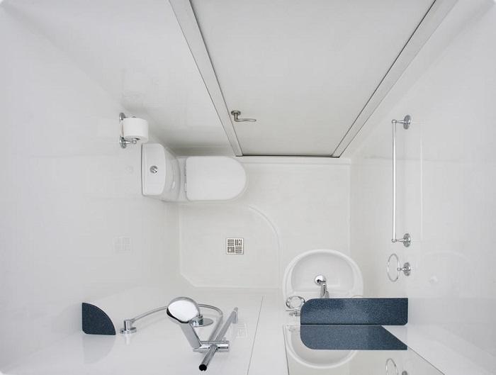 «Мокрая» ванная – оптимальное решение для совсем крошечных помещений.