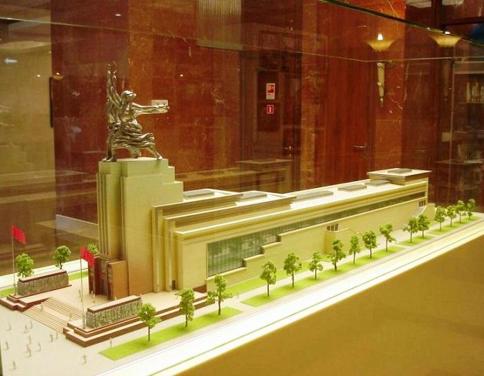 Центром постоянно действующей экспозиции является макет павильона «Рабочий и колхозница». | Фото: venividi.ru.