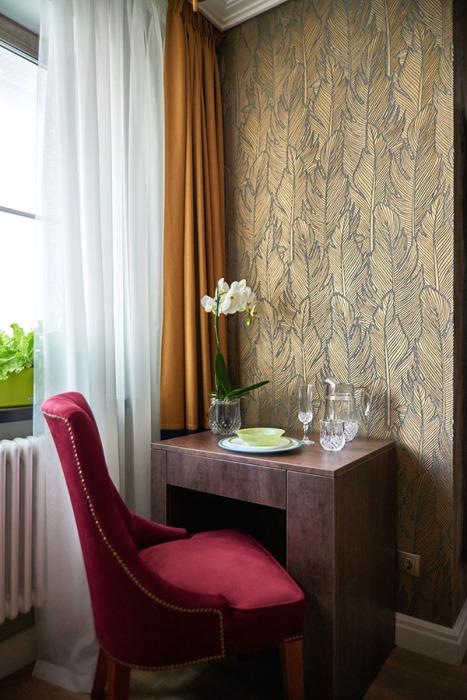Обеденный уголок выполнен в той же цветовой гамме, что и вся квартира. | Фото: housechief.ru.