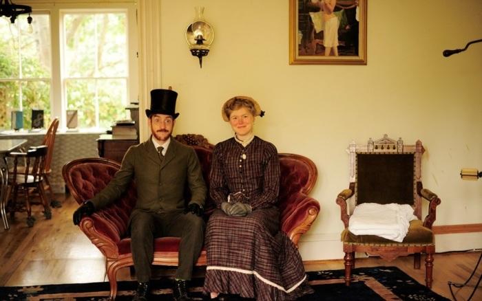 Габриэль и Сара Крисман в гостиной своего старинного дома. | Фото: btrtoday.com.