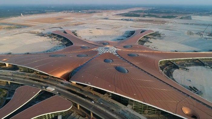 Форма крыши терминала с высоты птичьего полета напоминает гигантского «золотого «феникса», расправившего крылья (Daxing International Airport, Пекин). | Фото: tourismtoday.gr.