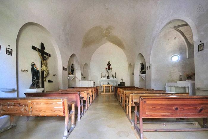 На территории замка сохранилась часовня, в которой проходят богослужения по большим праздникам и церемонии бракосочетания («Castell de Llaes», Испания). | Фото: boredpanda.com, © Marc/Airbnb.