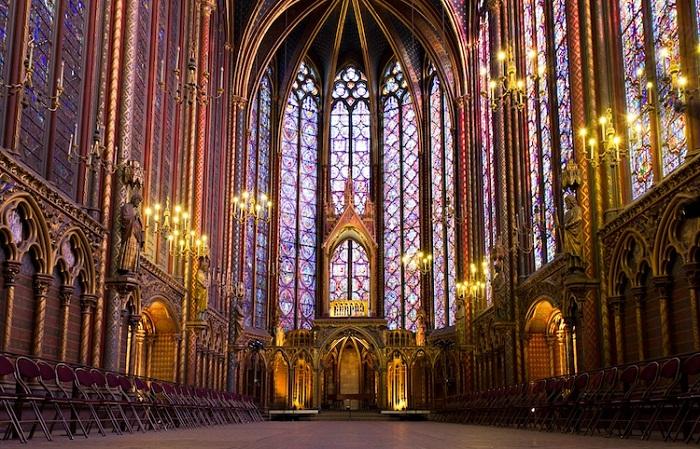 Величественные своды капеллы Sainte-Chapelle привлекают огромное количество паломников и туристов.