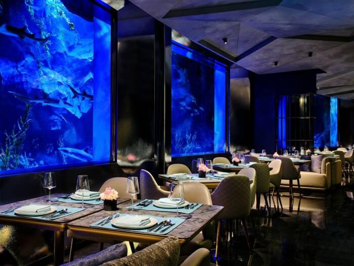 В экстравагантном отельном комплексе имеется даже подводный ресторан с соответствующей обстановкой и особенным меню (Intercontinental Hotel Shimao Wonderland, Китай). | Фото: architecturepin.com.