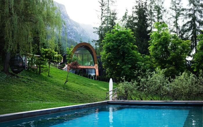 В летнее время не станет лишним окунуться в бассейн расположенный рядом с Mi Chalet (курорт La Villa, Италия). | Фото: blog.wohlgeraten.de/ © Luca Visciani.