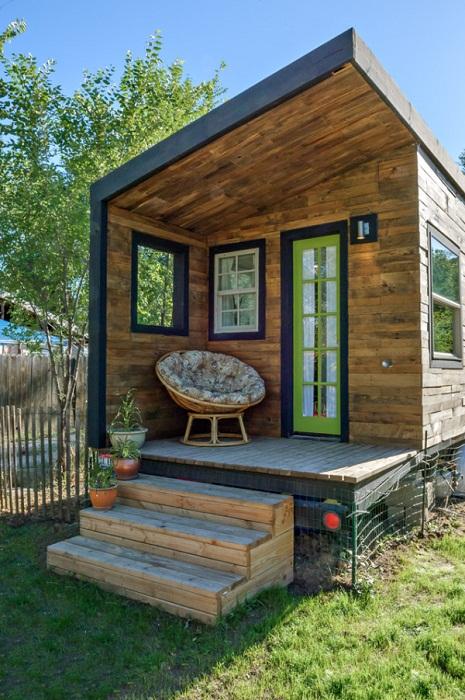 Прекрасная терраса маленького домика.