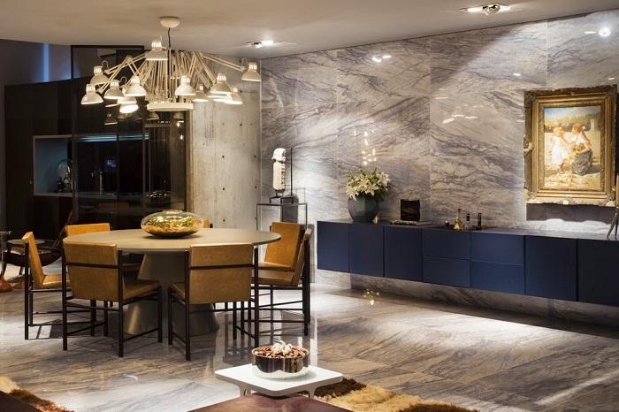 Для визуального увеличения площади комнаты можно оформить мраморную стену и пол.