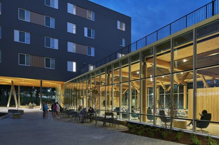 В кампусе Adohi Hall преобладают открытые пространства, которые поспособствуют общению молодых людей.   Фото: forbes.com.